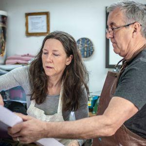 Tiina og Sean jobber med en skumplate i studio