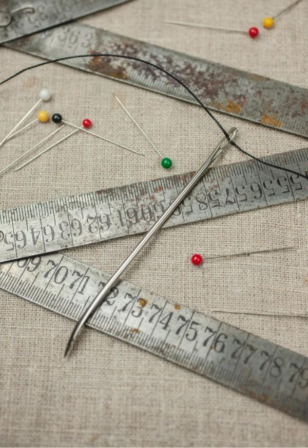 En vintage tommestokk og nåler i studio