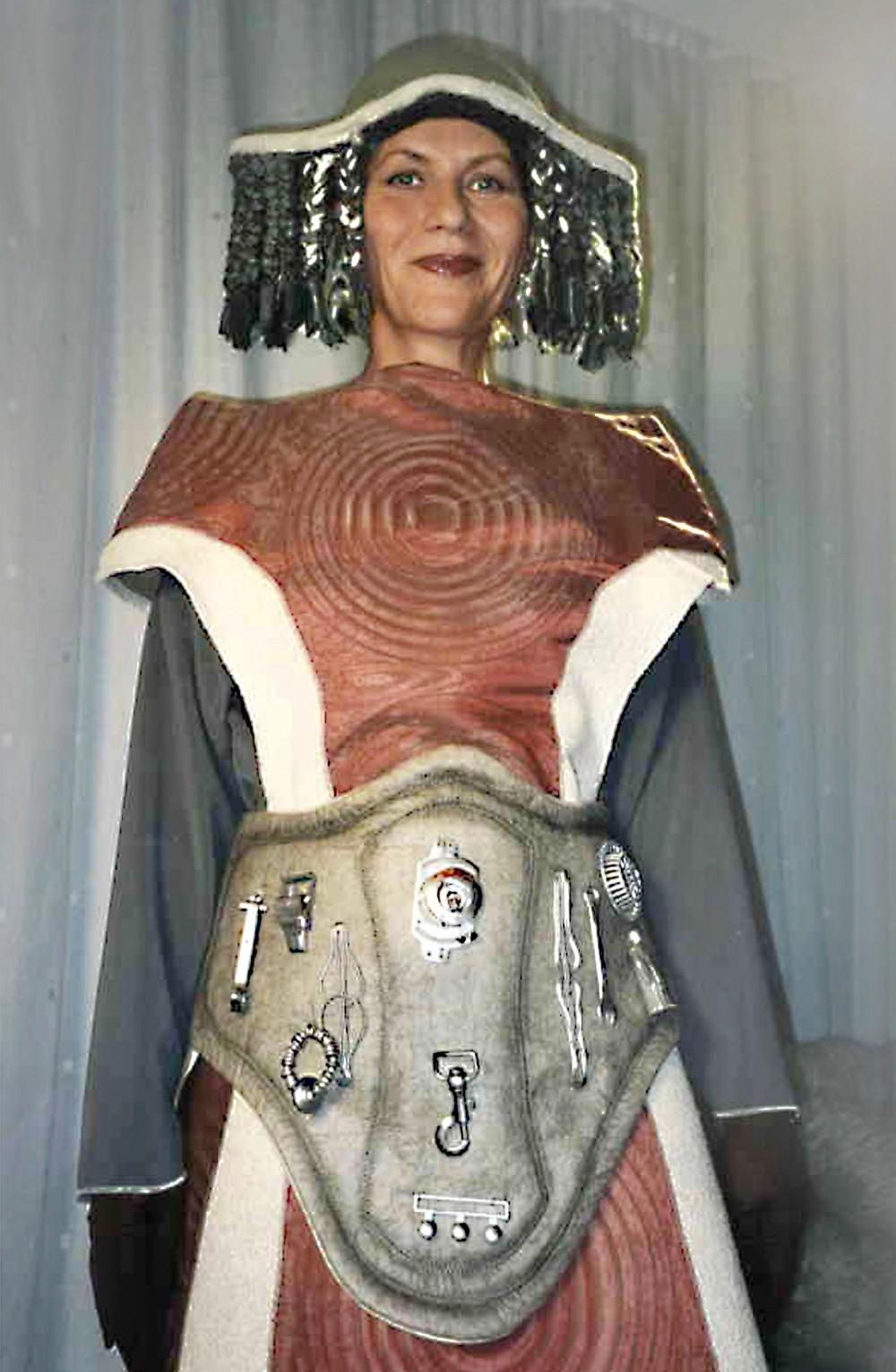 En modell ikledd Frigg-kostymet