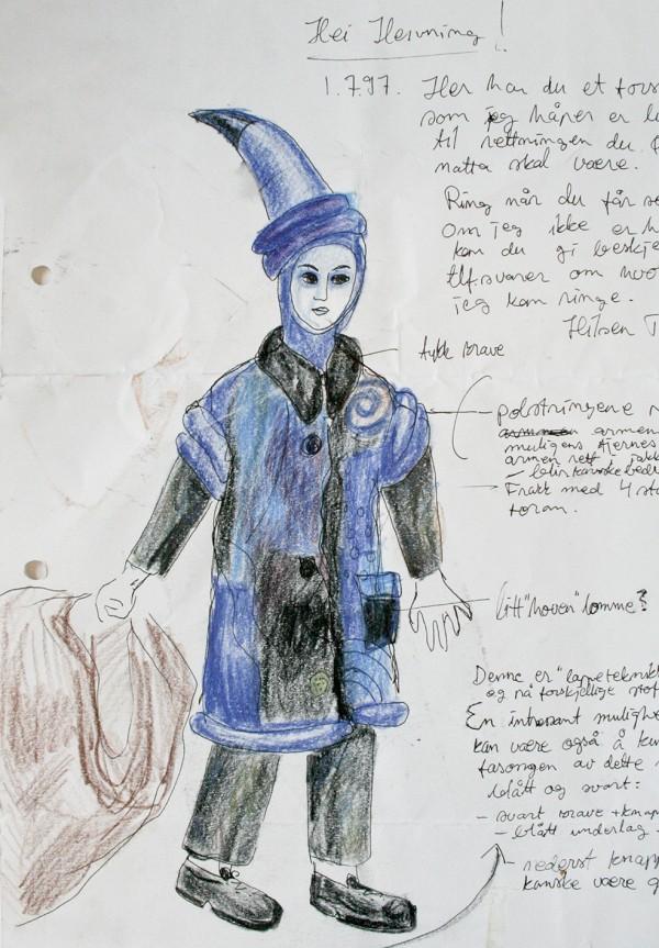 En skisse til et kostyme med blå spiss hatt og blå kåpe