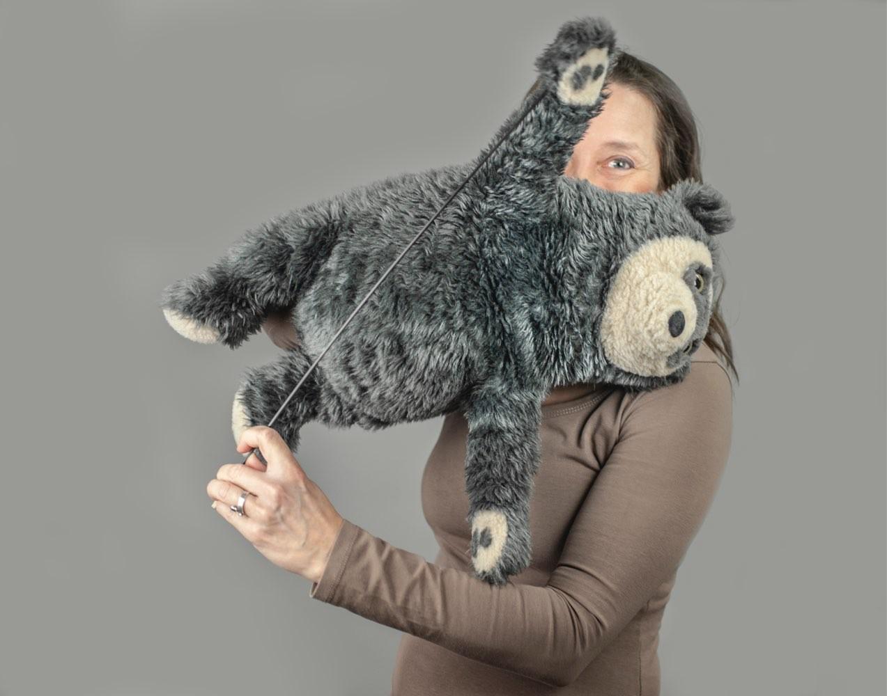 Tiina viser fram Brillebjørn's turnferdigheter