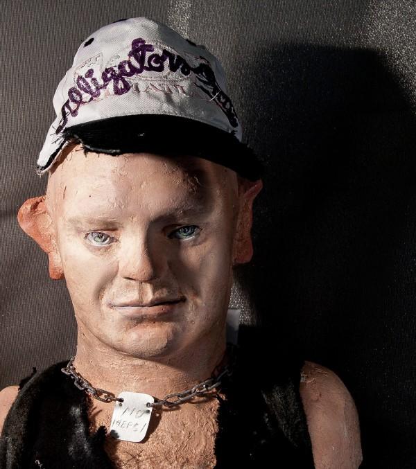 Portrett av en mannlig look-alike figur iført baseball-caps