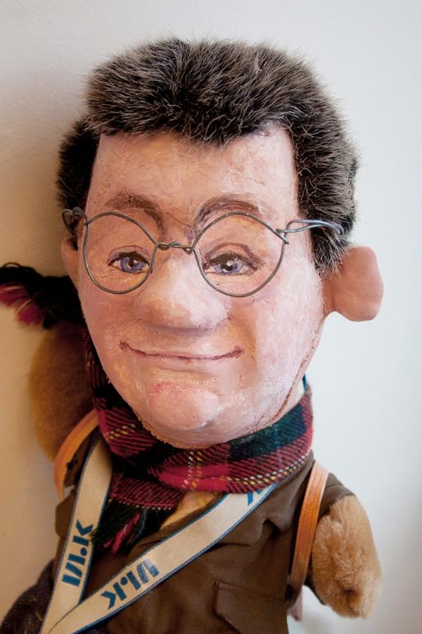 En mannlig look-alike figur med briller