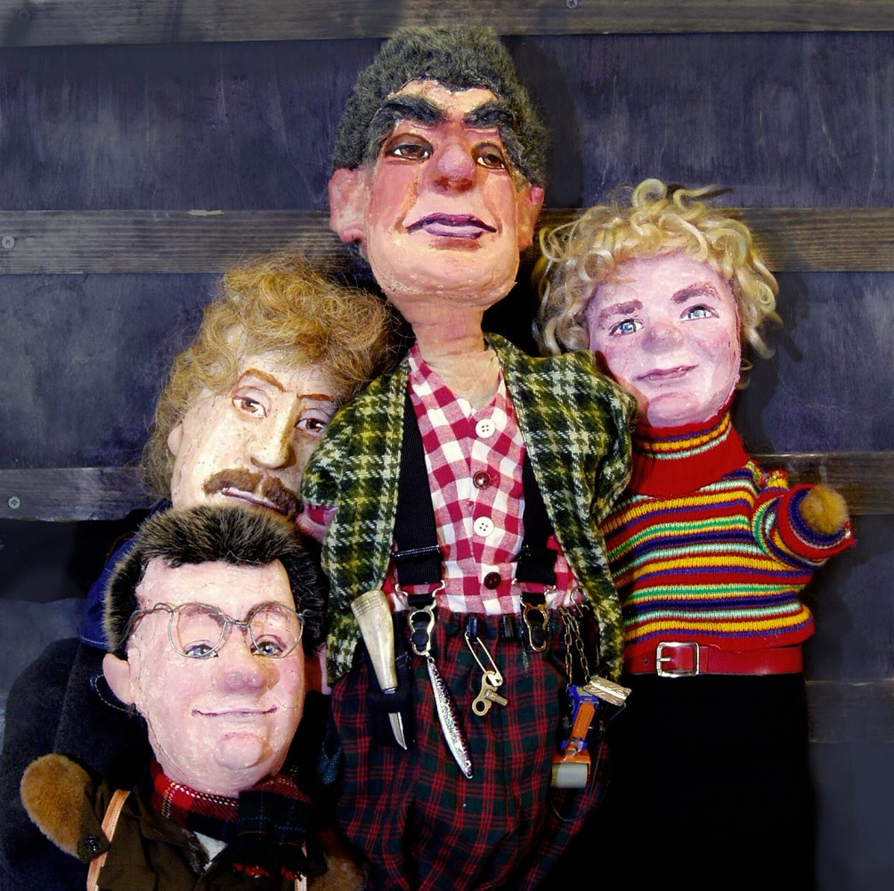 Gruppebilde av fire look-alike figurer