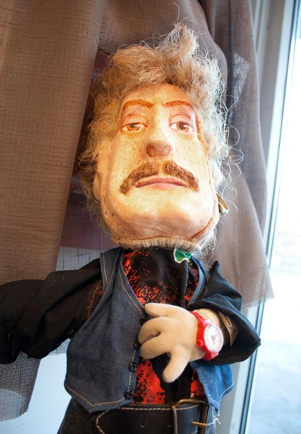 En mannlig look-alike figur med rød klokke