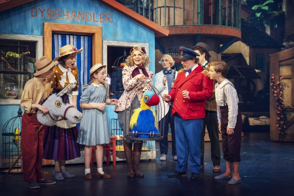 Stage photo with actors, actresses and the parrot